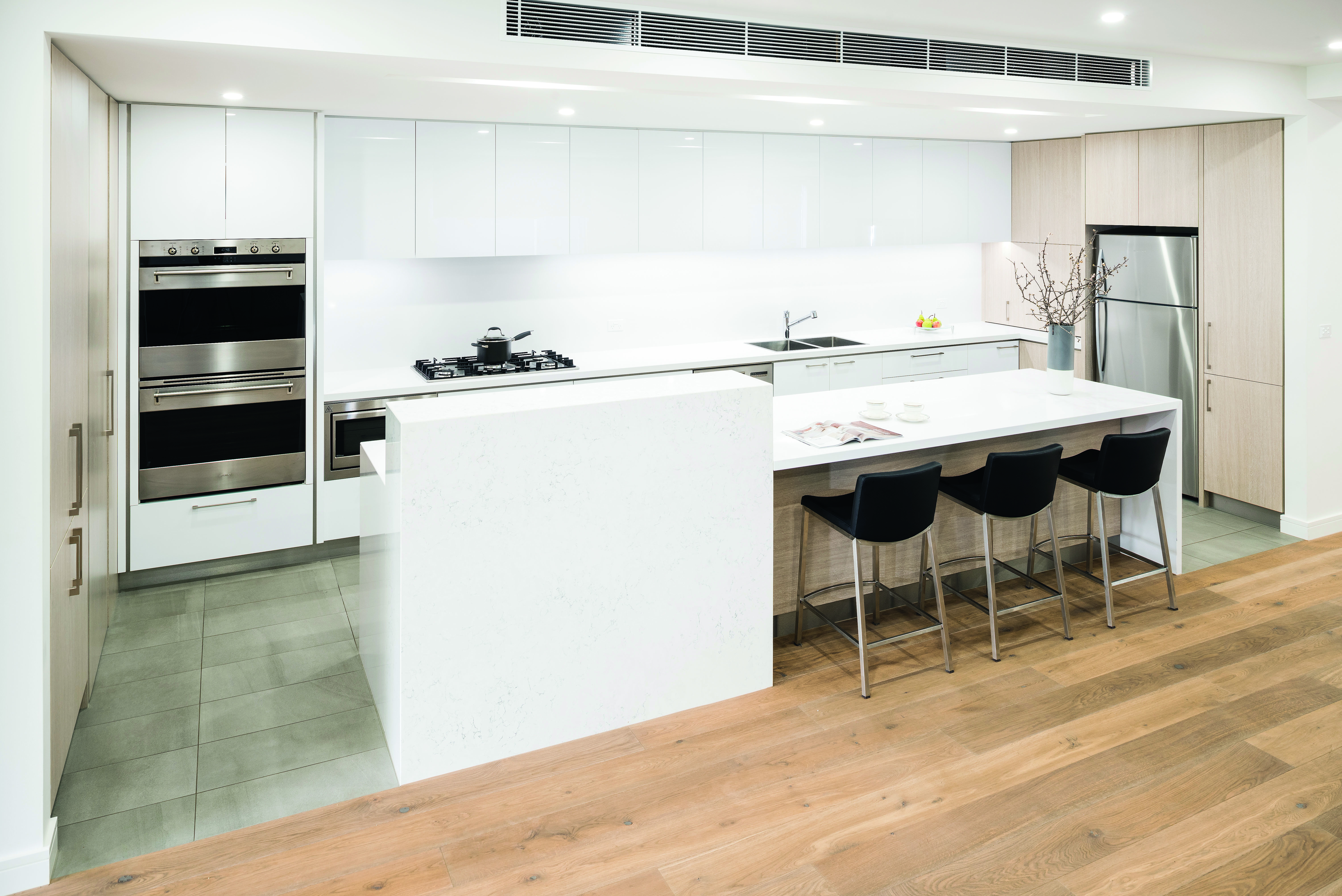 Contemporary class: a neutral masterpiece - kitchen overview No Fuss Kitchens