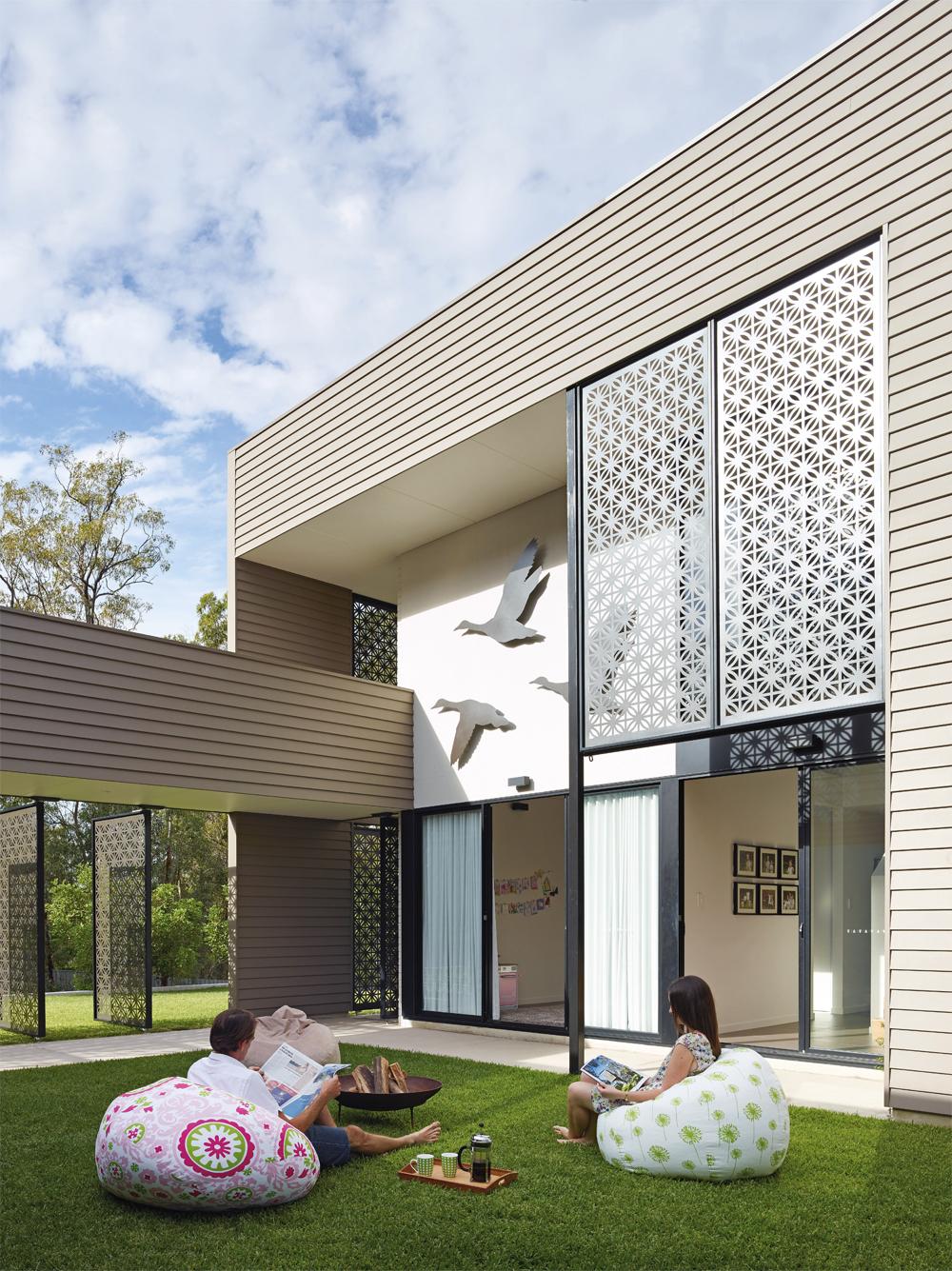 Grand Designs Australia: High Flyer - Architects' masterpiece - exterior: courtyard