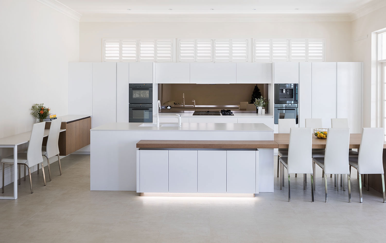 Where modern and traditional meet: an elegant kitchen design