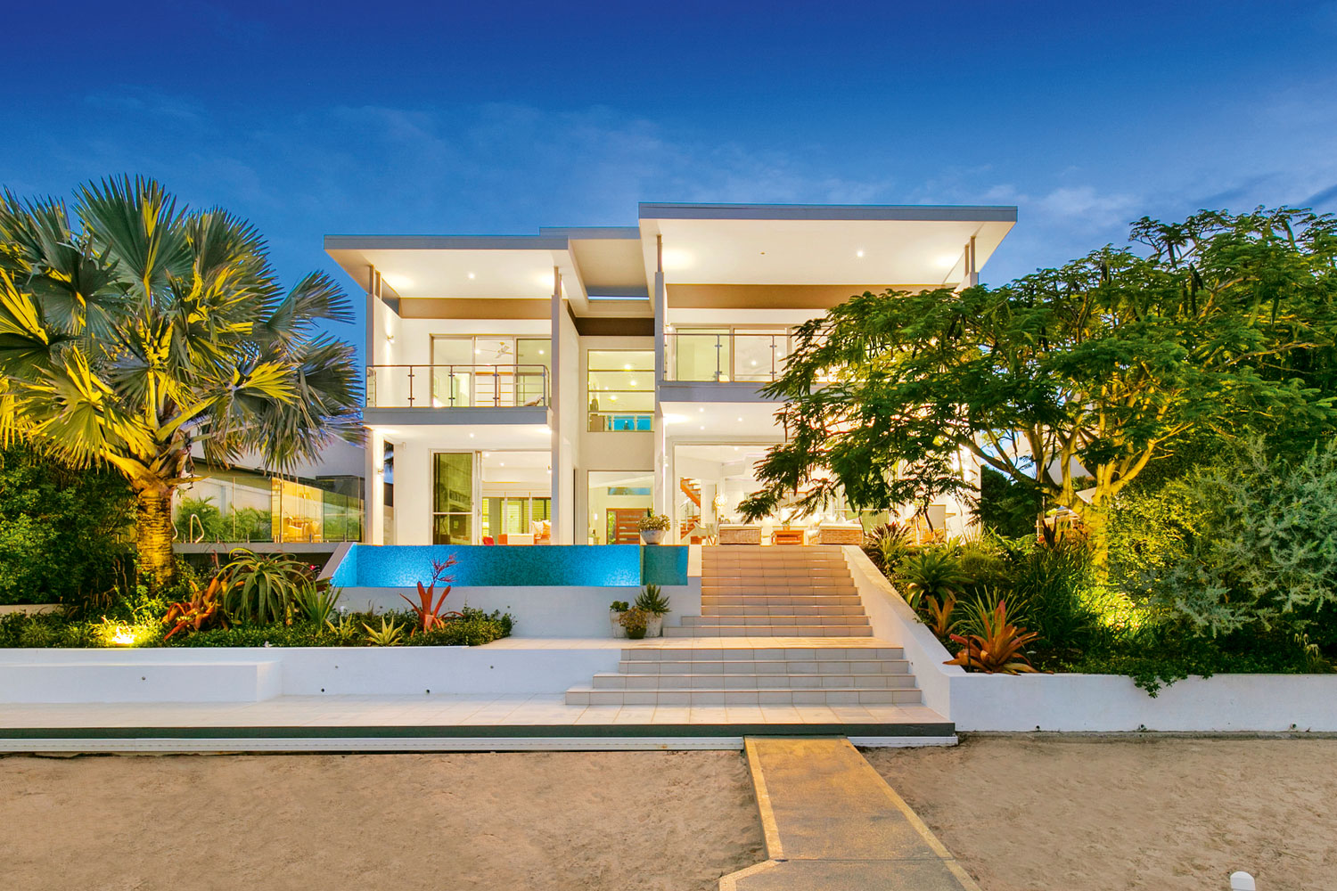 If Thereu0027s One Thing Gold Coast Builders Arenu0027t Afraid To Do, Itu0027s To Build  Big And Bold. Take This Six Bedroom, Two Storey Luxury Waterfront Home.