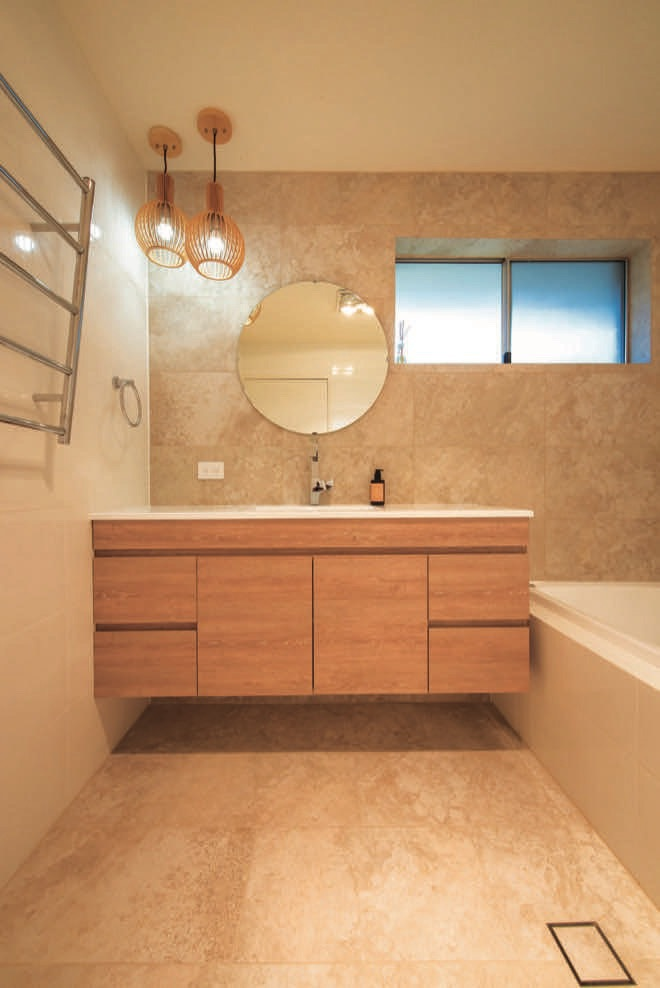 Updated bathroom: naturally stylish