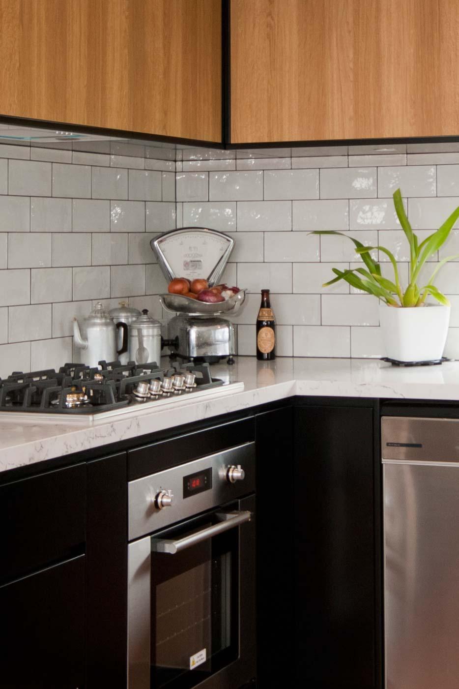 Caesarstone White Attica Dulux Domino Black Kitchen Design Polyurethane Cabinets Industrial 2