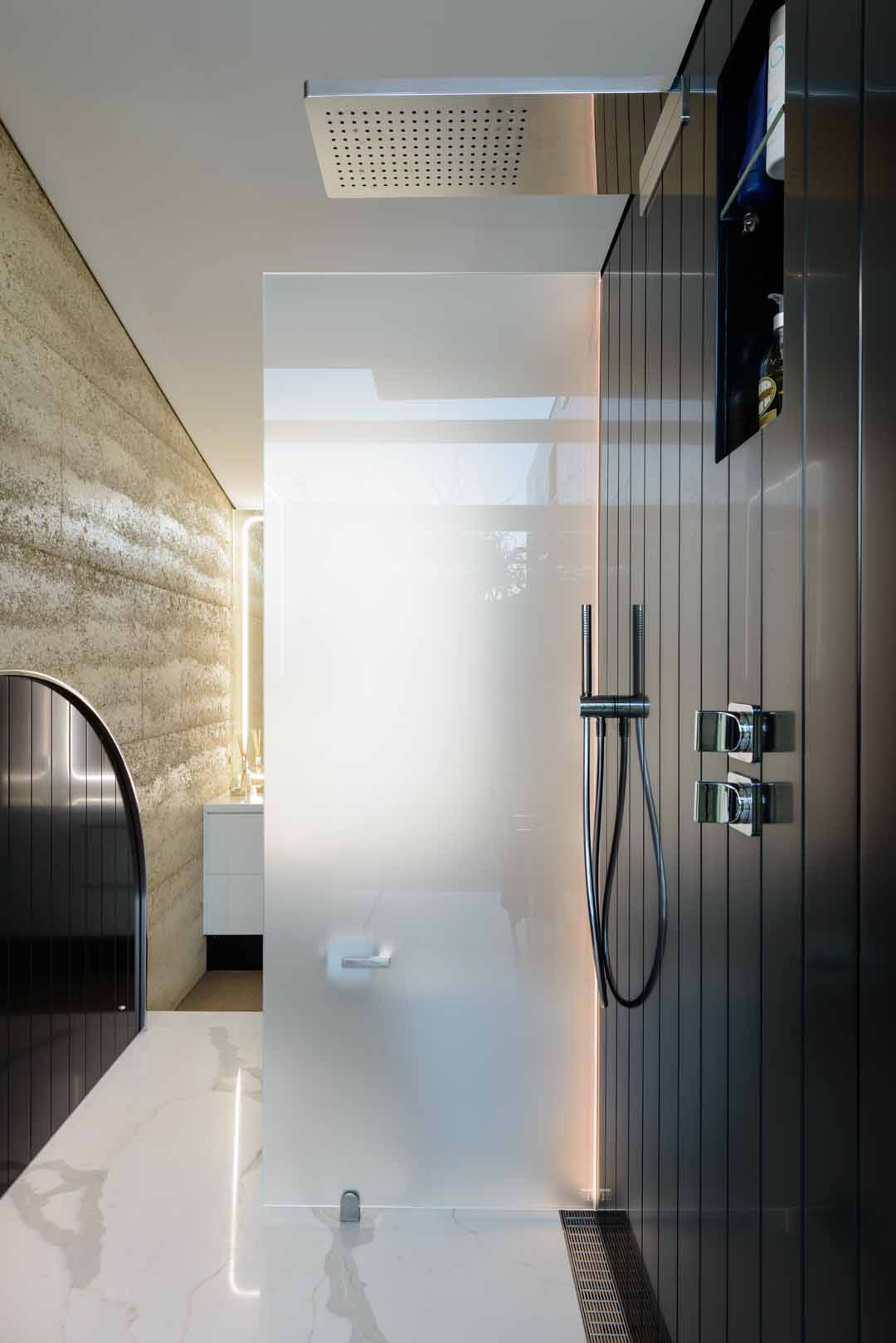 The timeless elegance of Staron Onyx in this bathroom