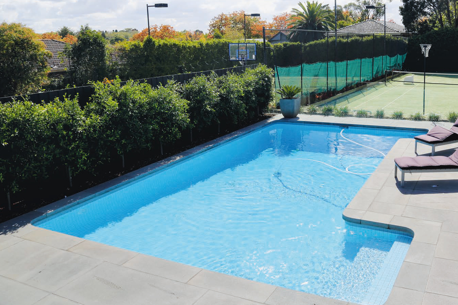 One-piece pool corner: an innovative paving solution