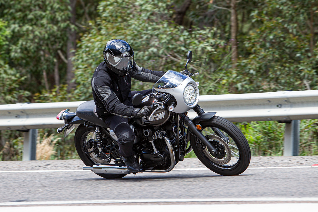 The riding position of the W800 is classically sporty.